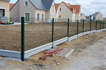 Grillage rigide et soubassement beton for Paysagiste cloture
